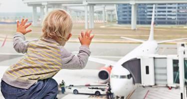 Guide: De 8 bedste tips til jeres første flyrejse med baby