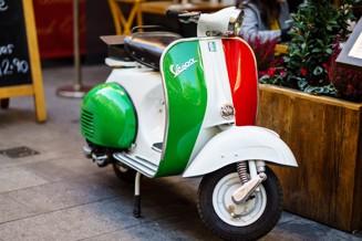 vespa med italienska flaggans färger.jpg