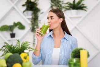 kvinna dricker grönsaksjuice.jpg