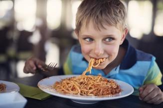 pojke som äter spaghetti.jpg