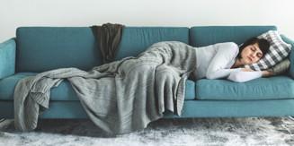 kvinna som tar tupplur på soffa.jpg