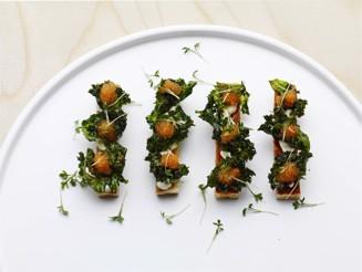 Krutonger med friterad grönkål och löjrom_JPEG.jpg