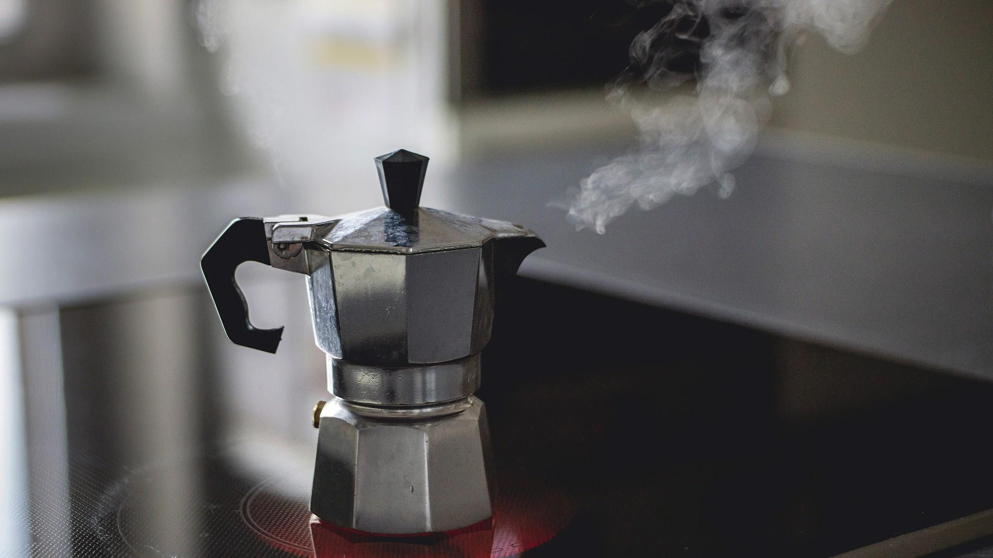 Gör kaffe med mokabryggare