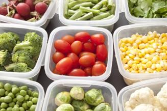 grönsaker i små plastlådor.jpg