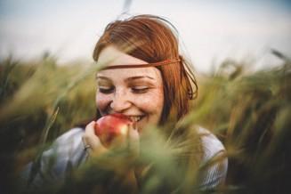 kvinna äter äpple.jpg