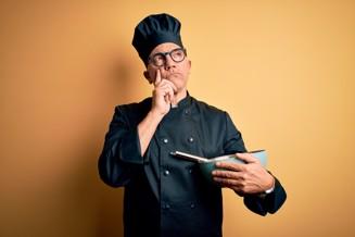 kock funderar håller vispskål.jpg
