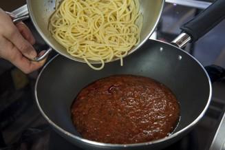 Spaghetti med tomatsås ner i stekpannan med tomatsås.jpg