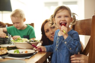 barn och mamma vid matbord.jpg